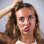 Chica rubia joven mesndose los cabellos